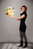 Hoolding anteckningsbok för ung dam med färgrika abstrakta bokstäver Arkivfoton