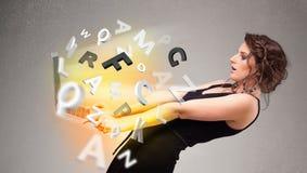 Hoolding anteckningsbok för ung dam med färgrika abstrakta bokstäver Fotografering för Bildbyråer