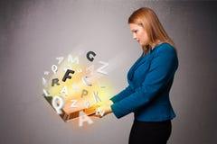 Hoolding anteckningsbok för ung dam med färgrika abstrakta bokstäver Royaltyfri Fotografi