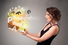 Hoolding anteckningsbok för ung dam med färgrika abstrakta bokstäver Royaltyfria Foton