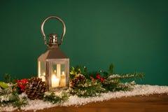 hooly圣诞节灯笼和雪绿色背景 库存图片