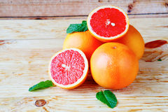 Hoop rijpe grapefruit op een houten achtergrond royalty-vrije stock afbeelding