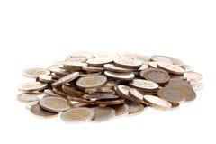 Hoop van één en twee euro muntstukken die op wit worden geïsoleerda Stock Foto