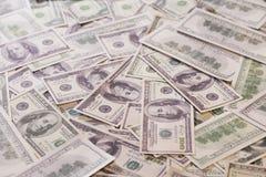 Hoop van bankbiljetten van honderd ons dollars Royalty-vrije Stock Afbeeldingen