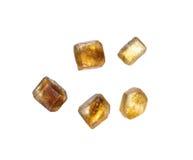 Hoop van bruine die rietsuiker in kristallen over wit worden geïsoleerd Royalty-vrije Stock Fotografie