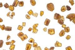 Hoop van bruine die rietsuiker in kristallen over wit worden geïsoleerd Stock Afbeelding
