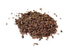 Hoop van cacaobonen, op witte achtergrond wordt geïsoleerd, hoogste mening die Hoop van cacaobonen, op witte achtergrond wordt ge stock foto