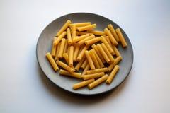 Hoop van cannelloniendeegwaren op plaat stock afbeeldingen