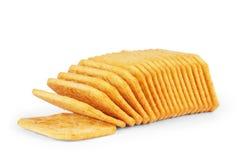 Hoop van crackers op een witte achtergrond worden geïsoleerd die Stock Foto