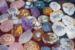 Hoop van diverse gekleurde gemmen Kleurrijke halfedelstenen De natuurlijke Opgepoetste Kleurrijke Achtergrond van Halfedelsteen S stock afbeeldingen