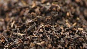 Hoop van droog zwart theebladgewas die dichte omhooggaande mening roteren stock footage