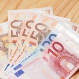 Hoop van euro bankbiljetten op een houten lijst Royalty-vrije Stock Foto