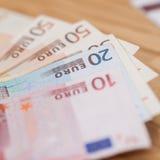 Hoop van euro bankbiljetten op een houten lijst Stock Afbeeldingen