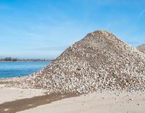 Hoop van gebroken baksteen en beton op riverbank Royalty-vrije Stock Fotografie