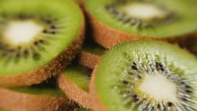 Hoop van gesneden kiwi stock videobeelden