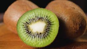 Hoop van gesneden kiwi stock video
