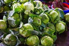 Hoop van groene kool in kleinhandels plantaardige supermarkt voor verkoop royalty-vrije stock afbeelding