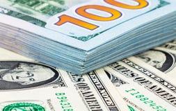 Hoop van honderd bankbiljetten van Amerikaanse dollars Royalty-vrije Stock Fotografie