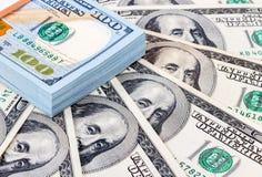 Hoop van honderd bankbiljetten van Amerikaanse dollars Stock Foto