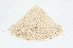 Hoop van industrieel zout op de straten met middelgrote korrel te gieten, die op wit wordt geïsoleerd royalty-vrije stock afbeelding