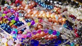 Hoop van juwelen, parels, ringen en armbanden stock video