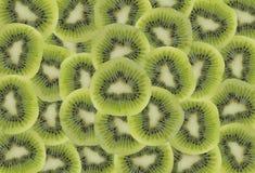 Hoop van kiwiplakken op een witte achtergrond Stock Afbeelding