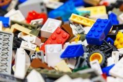 Hoop van kleuren plastic stuk speelgoed bakstenen Stock Foto's