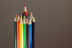Hoop van kleurpotloden, donkere achtergrond Royalty-vrije Stock Foto