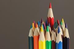 Hoop van kleurpotloden, donkere achtergrond Royalty-vrije Stock Foto's