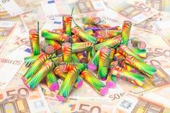 Hoop van kleurrijk vuurwerk op uitgespreide euro rekeningen royalty-vrije stock fotografie