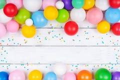 Hoop van kleurrijke ballons en confettien op de witte mening van de lijstbovenkant Feestelijke of partijachtergrond Vlak leg De g royalty-vrije stock foto