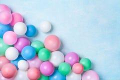 Hoop van kleurrijke ballons op de blauwe mening van de lijstbovenkant Verjaardag of partijachtergrond vlak leg stijl Exemplaarrui stock afbeeldingen