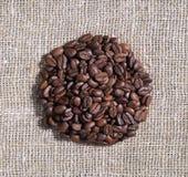 Hoop van koffiebonen op jute stock foto