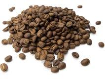 Hoop van koffiebonen op wit Royalty-vrije Stock Afbeeldingen