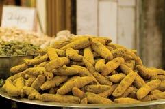 Hoop van kurkumawortel bij een kruidmarkt Stock Afbeeldingen