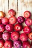 Hoop van ongewassen rode appelenmengeling op houten achtergrond royalty-vrije stock afbeeldingen