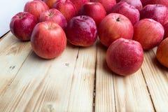 Hoop van ongewassen rode appelenmengeling op houten achtergrond royalty-vrije stock afbeelding