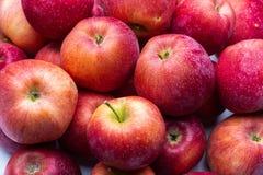 Hoop van ongewassen rode appelenmengeling op houten achtergrond royalty-vrije stock fotografie