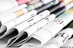 Hoop van oude gevouwen kranten Stock Foto