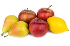 Hoop van peren, appelen en citroen op wit worden geïsoleerd dat Royalty-vrije Stock Foto