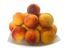 Hoop van rijpe perziken op een plaat Royalty-vrije Stock Foto