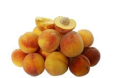Hoop van rijpe perziken op een plaat Stock Afbeeldingen