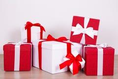 Hoop van rode en witte huidige dozen stock foto's