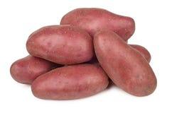 Hoop van ruwe rode die aardappels op wit worden geïsoleerd Stock Fotografie
