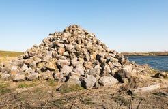 Hoop van stenen langs een rivier Stock Fotografie
