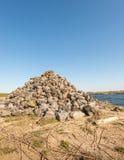 Hoop van stenen langs een rivier Royalty-vrije Stock Foto's