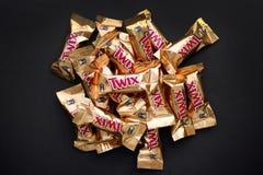 Hoop van Twix-de bars van het minissuikergoed op zwarte achtergrond royalty-vrije stock foto's