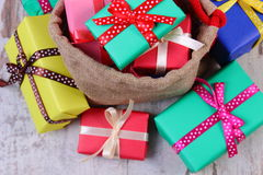 Hoop van verpakte giften voor Kerstmis of andere viering op oude houten plank Royalty-vrije Stock Fotografie