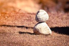 Hoop van witte steenstapel van rotsdecoratie in verticale stijlsamenstelling, exemplaarruimte stock afbeeldingen