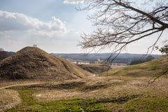 Hoopheuvels in Litouwse historische hoofdkernave Stock Fotografie